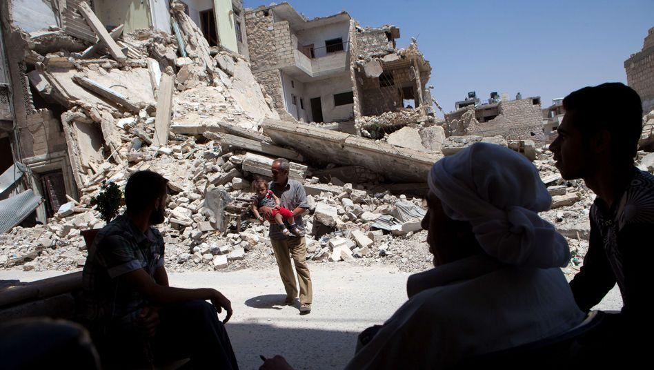 Syrer im zerstörten Ort Maarrat al-Numan: Einige Dutzend Deutsche unter den Kämpfern