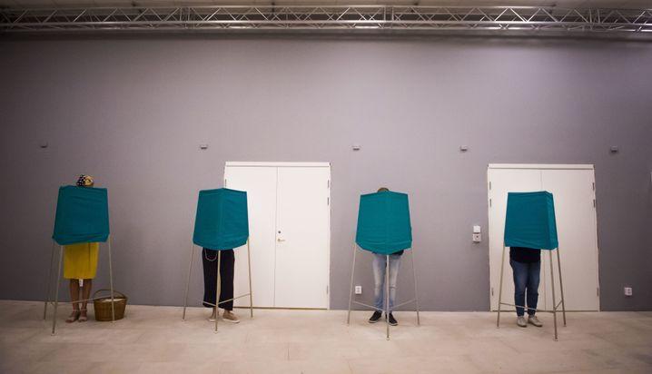 09.09.2018, Schweden, Stockholm: Wähler und Wählerinnen geben im Wahllokal ihren Stimmen ab. Foto: Hanna Franzen/TT NEWS AGENCY/AP/dpa +++ dpa-Bildfunk +++ |