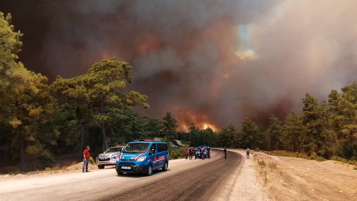 Einsatzkräfte bei Manavgat: Wegen des Feuers wurden einige Stadtteile evakuiert