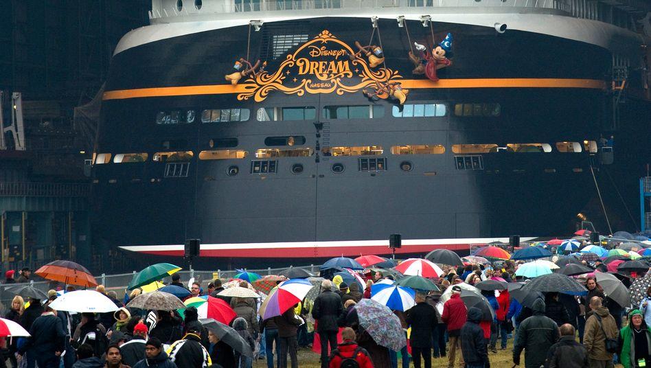 """Disneys Kreuzfahrtschiff """"Disney Dream"""" in Papenburg bei seiner Vorstellung 2010"""