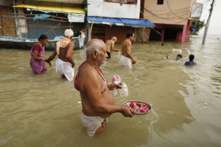 Immer wieder Überflutungen: Hindus beten im Hochwasser des Ganges