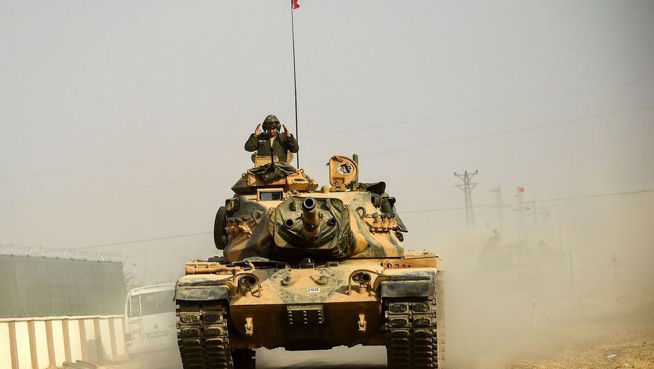 A Turkish tank on its way to Jarabulus in Syria.