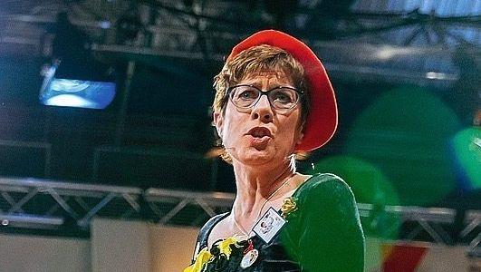 Närrin Kramp-Karrenbauer: Schales Witzchen