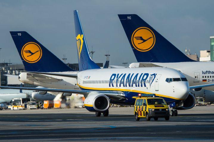 Ein Flugzeug der Fluglinie Ryanair (v.)