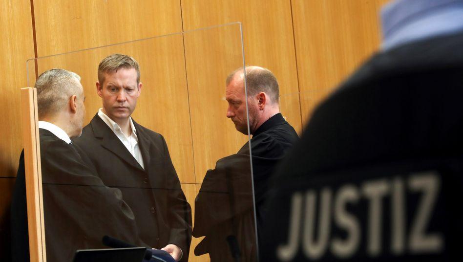 Angeklagter Ernst mit Verteidigern: Fragen der Hinterbliebenen beantwortet