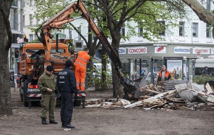 April 2014: Letzte Überreste des Camps am Oranienplatz werden weggeschafft