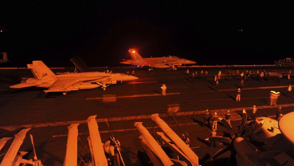 """Bereit zum Einsatz: US-Kampfflugzeuge """"Super Hornet"""" auf dem USS George George H.W. Bush Flugzeugträger"""