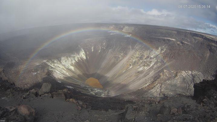 Aufnahme des Vulkansees mit einem Regenbogen: Durch die totale Überwachung des Vulkans entstehen spektakuläre Aufnahmen.