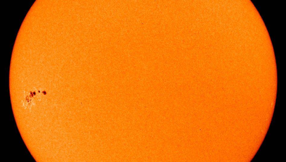 Sonne (im Juni 2007): Magnetfeld lässt Sonnenflecken und den Strahlenkranz der Korona entstehen