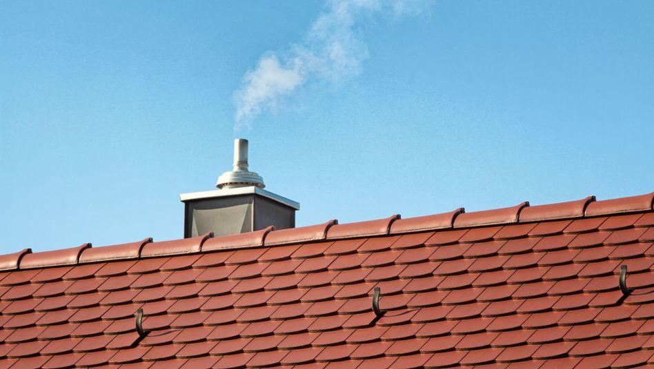 Rauch steigt aus einem Schornstein auf (Symbolbild)