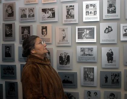 """Die ehemalige Auschwitz-Gefangene Simone Veil vor einer Wand mit Fotos von Opfern des Holocausts: """"Ich weiß nur, dass ich weine, wann immer ich an sie denke"""""""