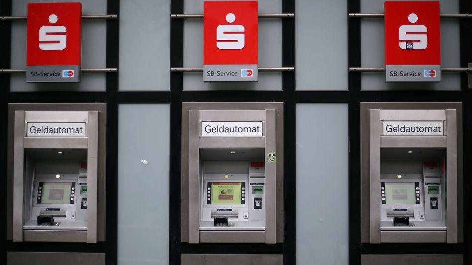 Geldautomaten einer Sparkasse (Archivbild)