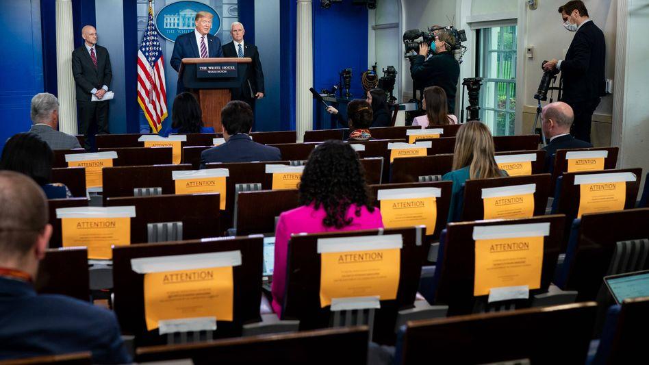US-Präsident Trump bei einem Presse-Briefing zur Coronakrise im Weißen Haus