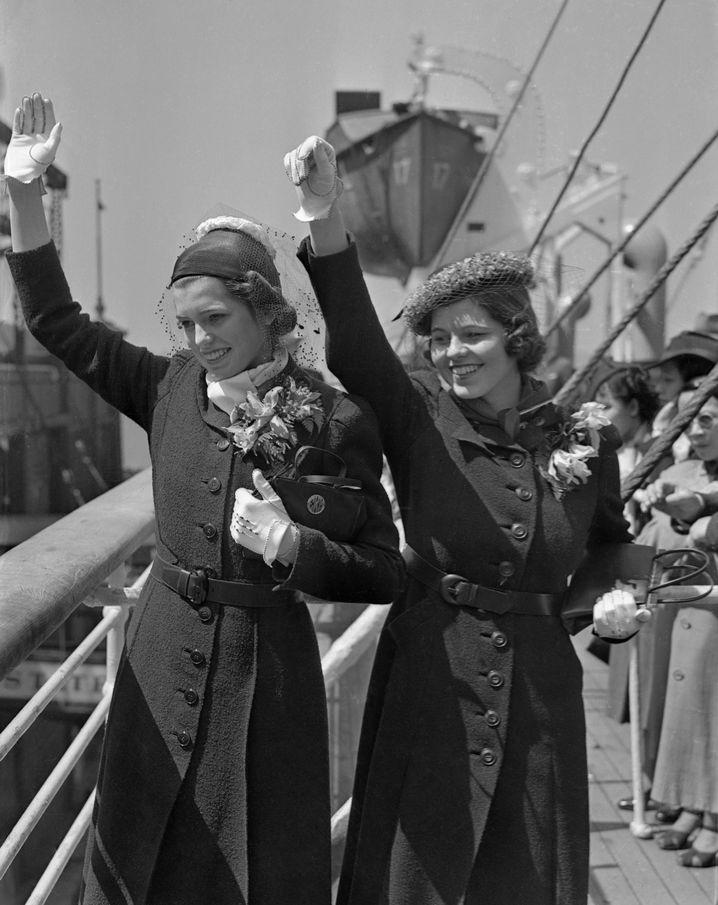 """Rosemary Kennedy (r.) auf der """"SS Manhattan"""". Neben ihr steht ihre Schwester Eunice."""