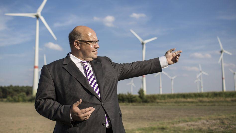 Bundesumweltminister Peter Altmaier vor Windrädern der Gemeinde Feldheim in Brandenburg.
