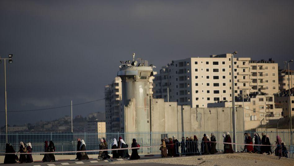 Palästinenser passieren den Ckeckpoint zwischen Ramallah und Jerusalem