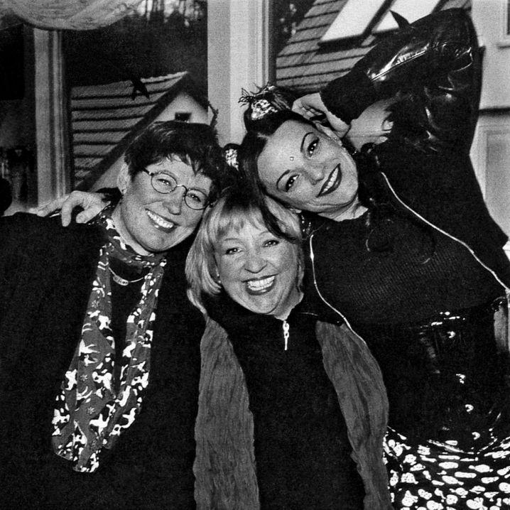 """Brüning mit Angelika Mann (m.) und Nina Hagen (r.), 2002: """"Treue Seele"""""""