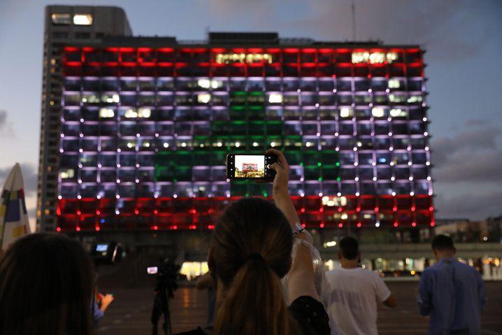 Beliebtes Fotomotiv: Schaulustige vor dem illuminierten Rathaus