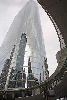 Enron-Zentrale in Houston: Die Sparte für Energiehandel wurde bisher nicht in den Skandalstrudel gerissen und gehört inzwischen der Großbank UBS