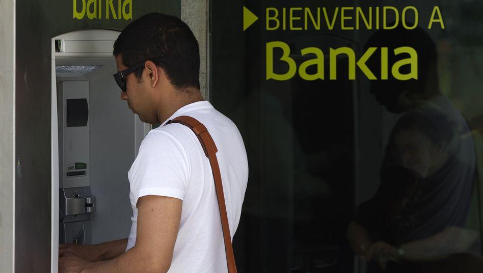 Kunde am Automaten von Bankia: EZB verzeichnet hohe Abhebungen in Spanien