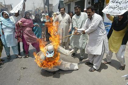 Blutige Unruhen in Pakistan: Anhänger der Opposition verbrennen Puppe des Präsidenten