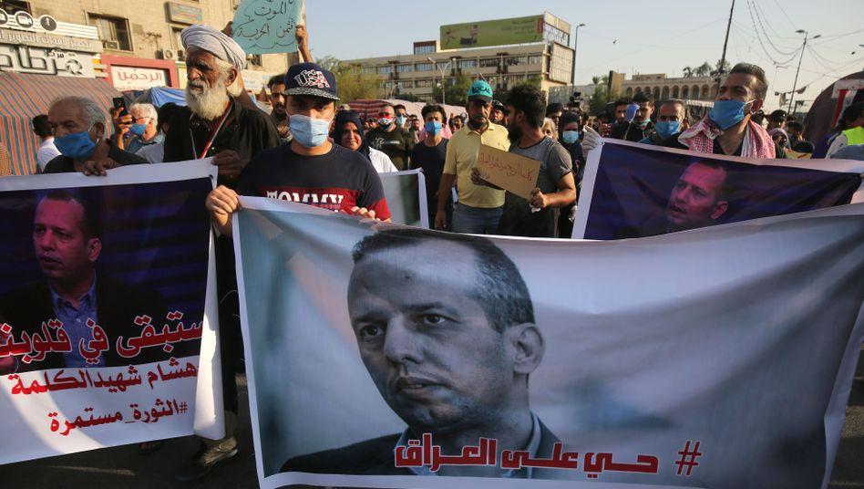 Demonstranten mit einem Porträt des ermordeten Hashemi in Bagdad