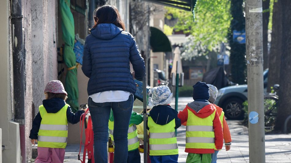 Betreuerin mit mehreren Kleinkindern: Expertinnen und Experten empfehlen maximal drei Krippenkinder oder 7,5 Kindergartenkinder pro Fachkraft