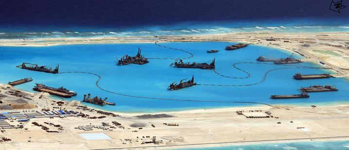 Neuland: Chinesische Schiffe bei der Arbeit im Frühjahr 2015