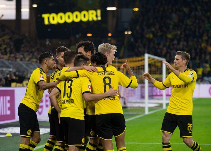 Die BVB-Profis bejubeln den ersten Treffer von Thorgan Hazard (verdeckt) für den neuen Arbeitgeber