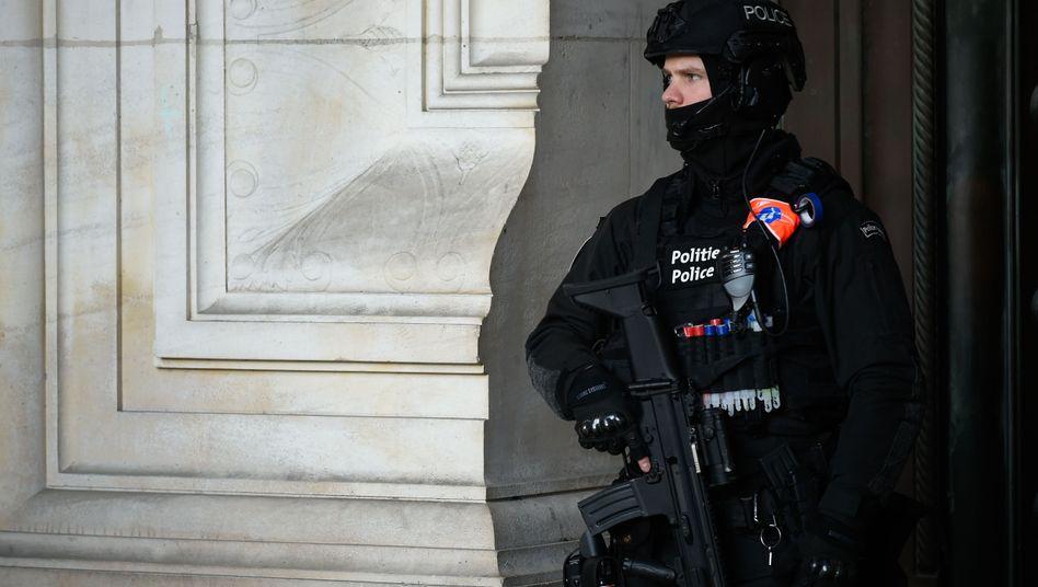 Ein belgischer Polizist im Brüsseler Gerichtsgebäude während des Gerichtsprozesses um den Attentäter auf das Jüdische Museum