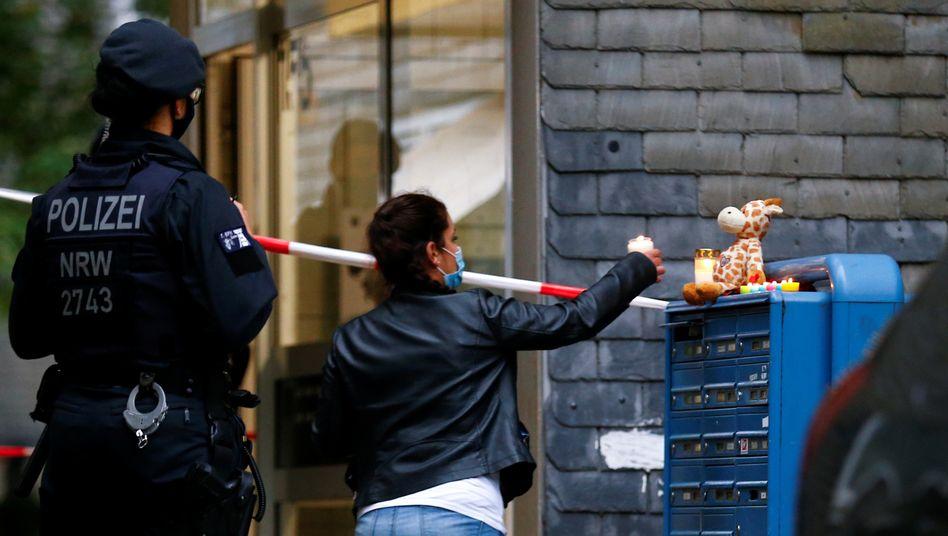 """Kerze und Kuscheltier auf dem Briefkasten vor Hausnummer 155: """"Ich bin sehr betroffen, unfassbar betroffen"""""""
