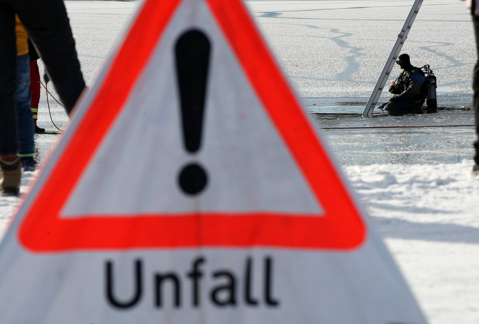 A relaxing Sunday for the Nurnberg s Citizens on the snow and Ice at the Silber See Park of Langwasser , DLRG Rescue Te