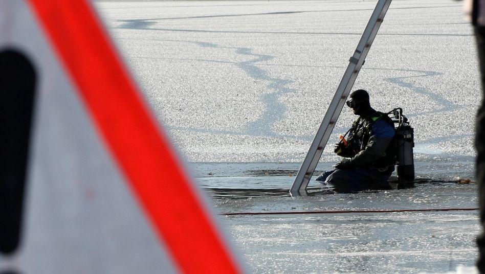 Symbolbild: Ein Taucher der DLRG holte den Mann aus dem Wasser