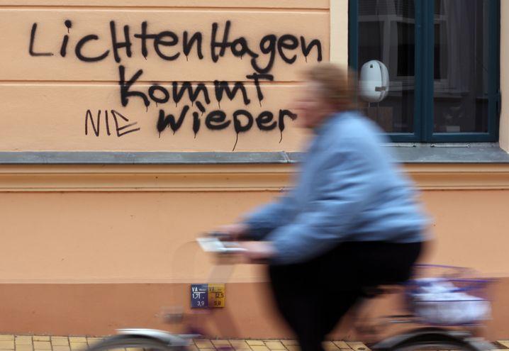"""Schmierei in Güstrow (2013): """"Lichtenhagen kommt wieder"""", wurde an die Wand gesprüht, das """"nie"""" später ergänzt"""