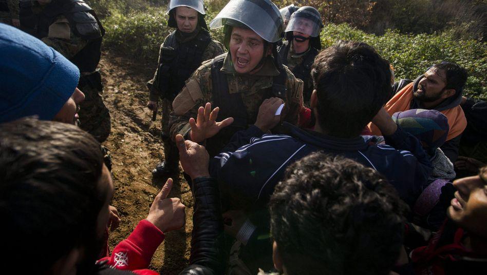 Polizei und Migranten an der mazedonisch-griechischen Grenze: Chaos in der Stadt Idomeni