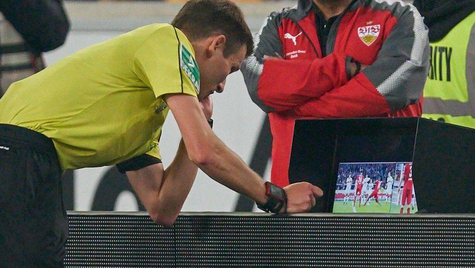 Schiedsrichter Benjamin Cortus bemüht den Videobeweis