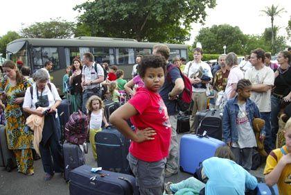 Französische Staatsangehörige warten im Camp De Gaulle in Libreville auf ihre Evakuierung. Knapp 600 Europäer sind bereits nach Gabun ausgeflogen worden.