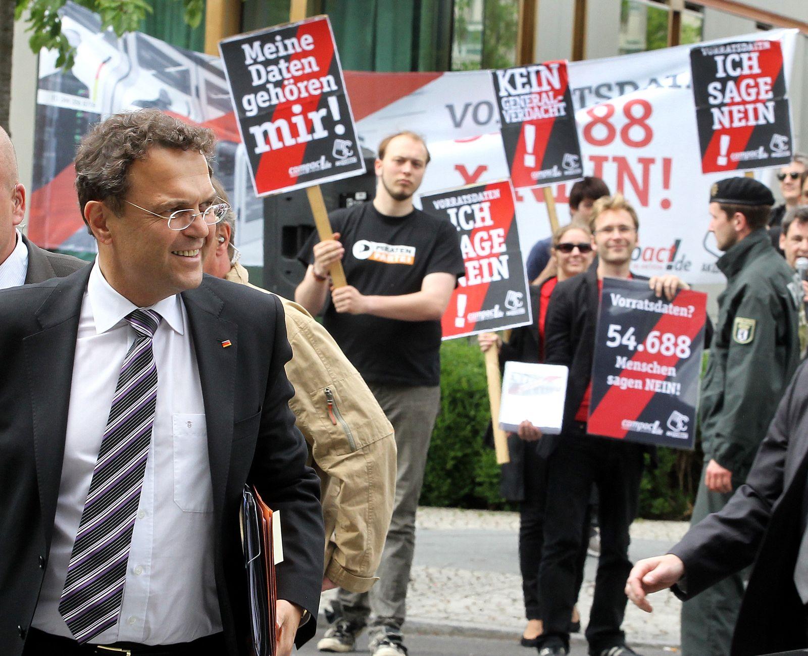Friedrich/ Demonstranten