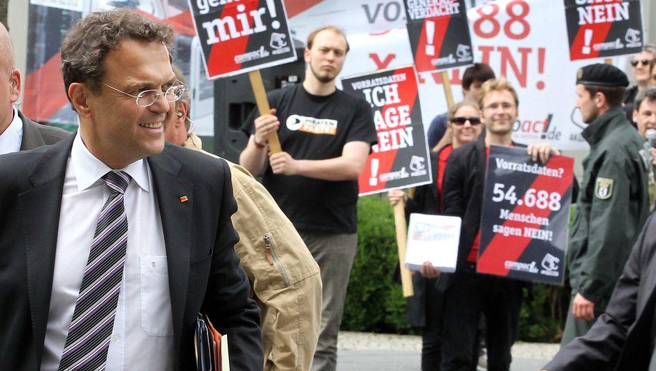 Friedrich (mit Demonstranten gegen Vorratsdatenspeicherung): Start für den Cyber-Minister