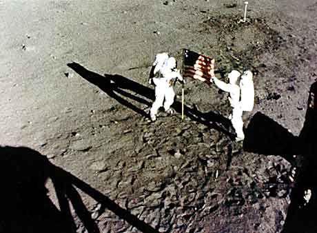 """Neil Armstrong und Edwin """"Buzz"""" Aldrin auf dem Mond: Preziosen in der """"Rock Box"""""""