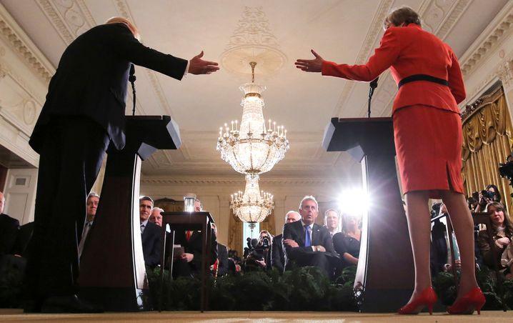 May (r.) im Januar 2017 bei Trump (l.) im Weißen Haus - in der Mitte ist Botschafter Darroch zu sehen
