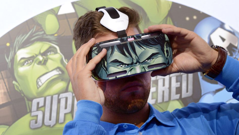"""Tester mit """"Hulk""""-Virtual-Reality-Brille (Archivbild): Übelkeit als Risiko"""
