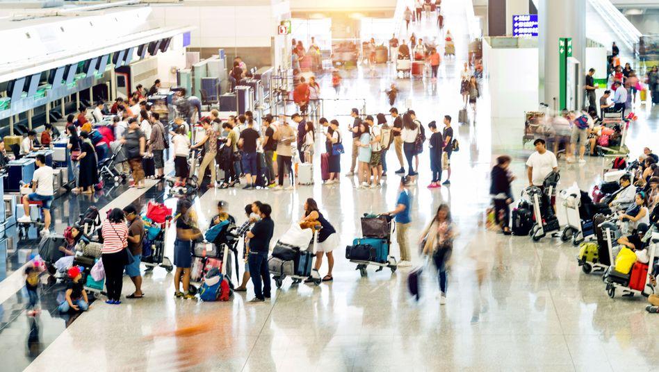 Urlauber am Flughafen (Symbolfoto)