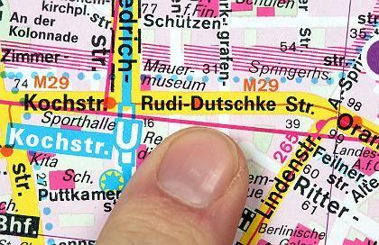 """Schon geänderter Stadtplan mit """"Rudi-Dutschke-Straße"""": Wowereit verteidigt beim Springer-Verlag den Namen Kochstraße"""