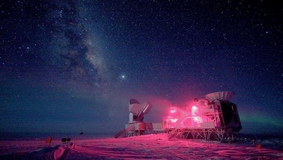 Das Südpolteleskop steht nahe dem geografischen Pol in der Antarktis. Vor 41.000 Jahren kehrten sich die Pole kurzzeitig um