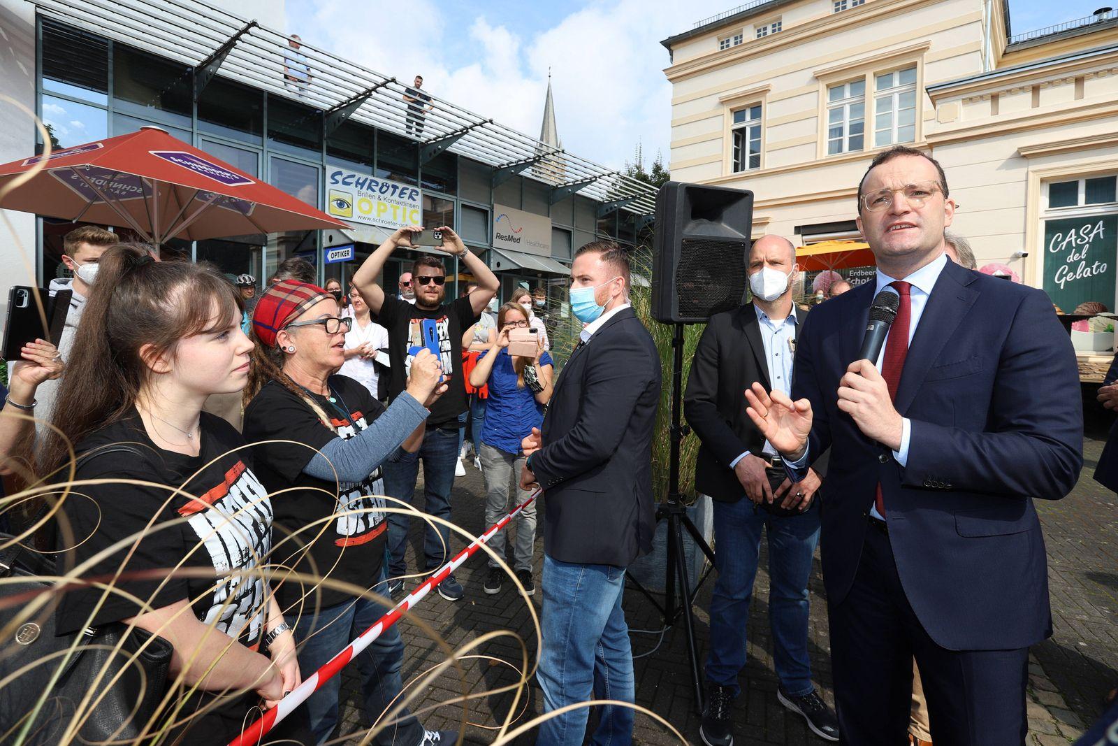 Bundesminister fuer (für) Gesundheit Jens Spahn (CDU) (re.) diskutiert u.a. mit Impfgegnern Wahlkampfveranstaltung in Rh