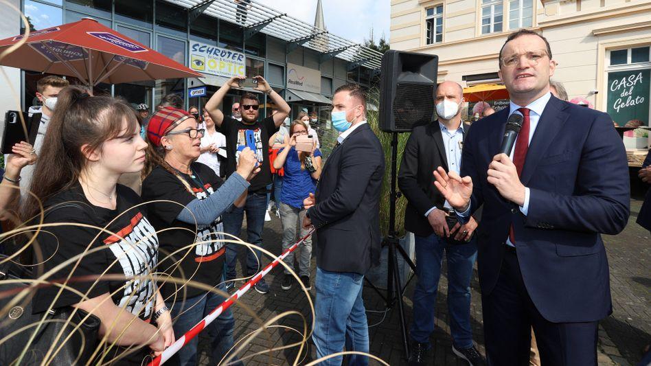 Jens Spahn diskutiert auf einer Wahlkampfveranstaltung am vergangenen Freitag im rheinland-pfälzischen Kirchen (Sieg) mit Impfgegnern