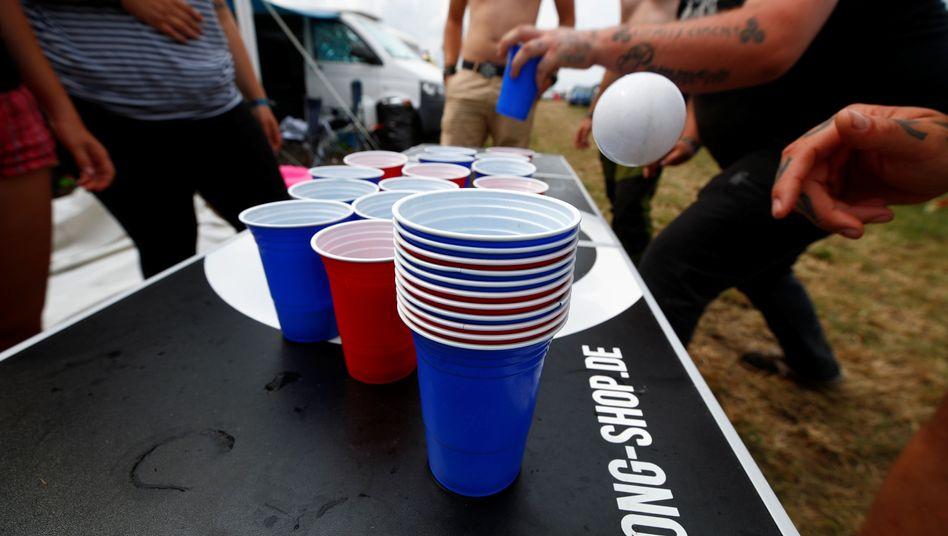 20 Becher und ein Tischtennisball: Beer-Pong wird auf Festivals, Feiern und bei Turnieren gespielt