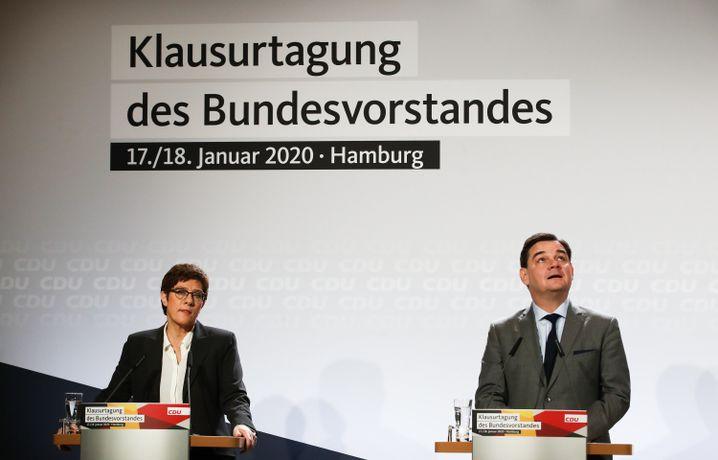 Die Parteivorsitzende und der Hamburger Kandidat: Kramp-Karrenbauer und Weinberg