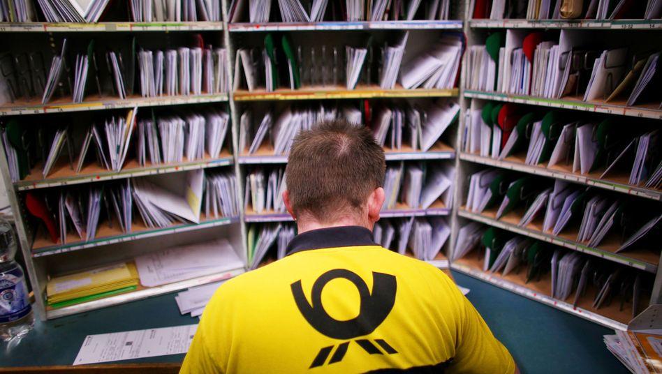 Briefträger der Deutschen Post (Archiv)